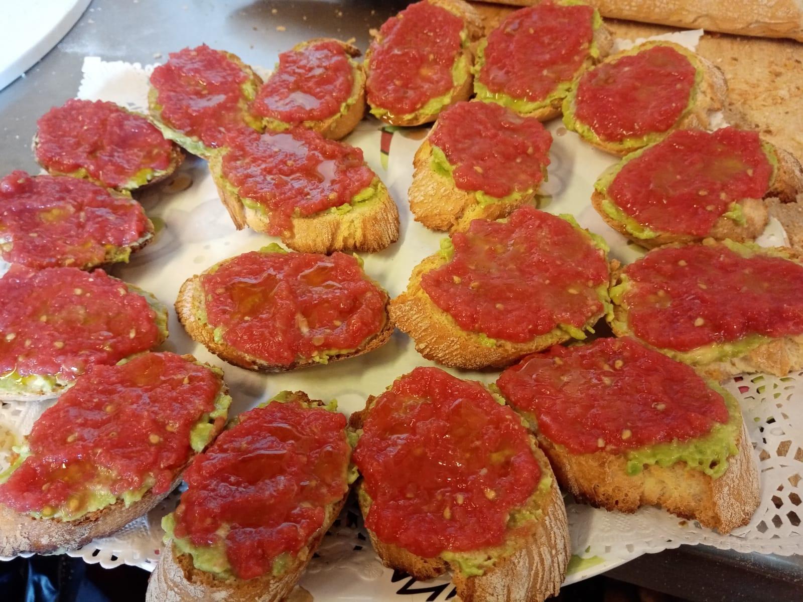Tostada de aguacte y tomate