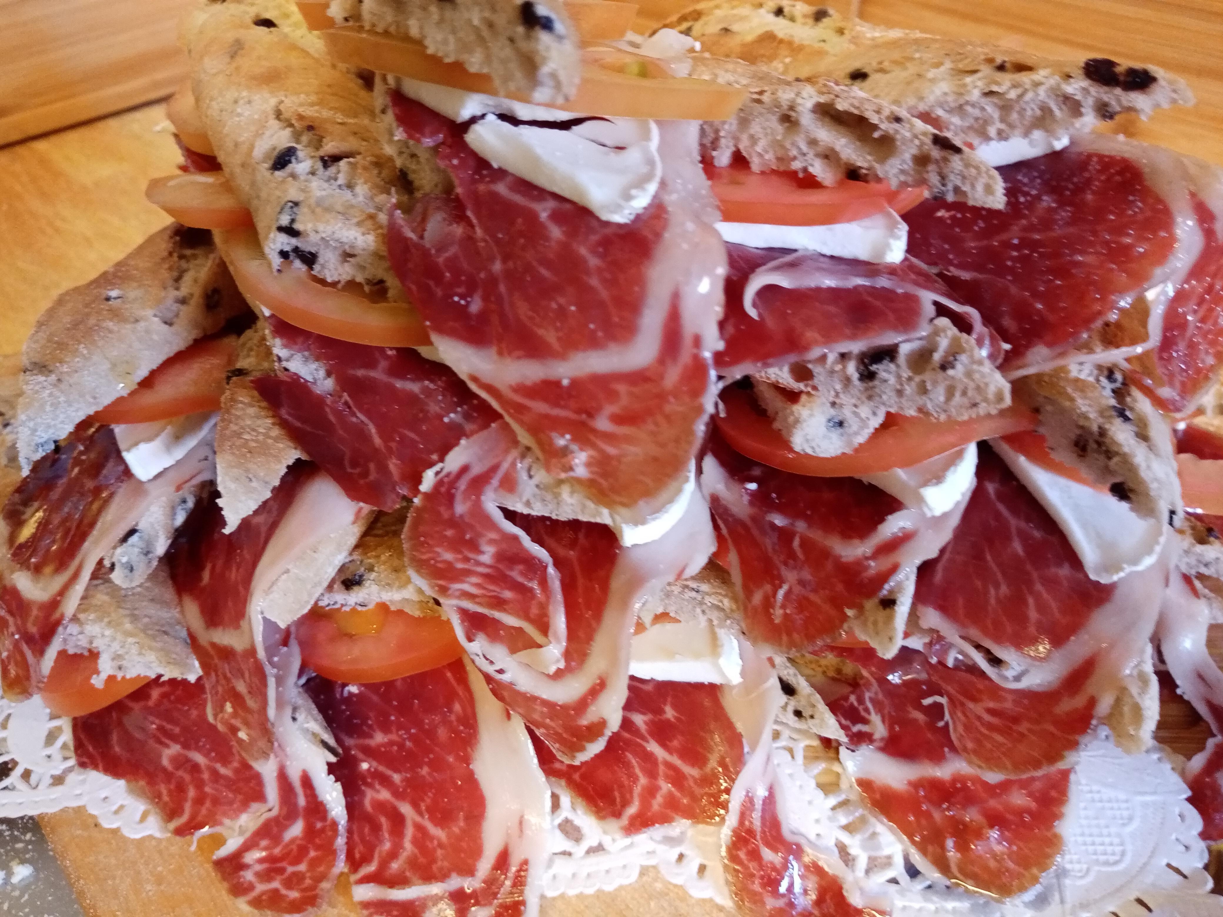 Jamón con tomate y queso de cabra